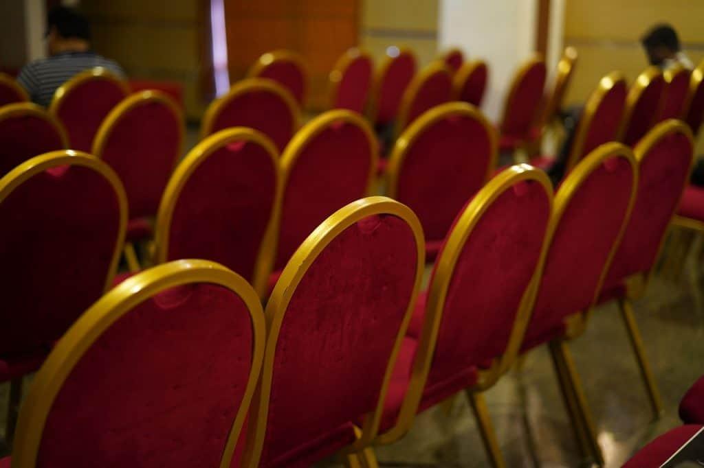 כיסאות מסודרים לאירוע חברה